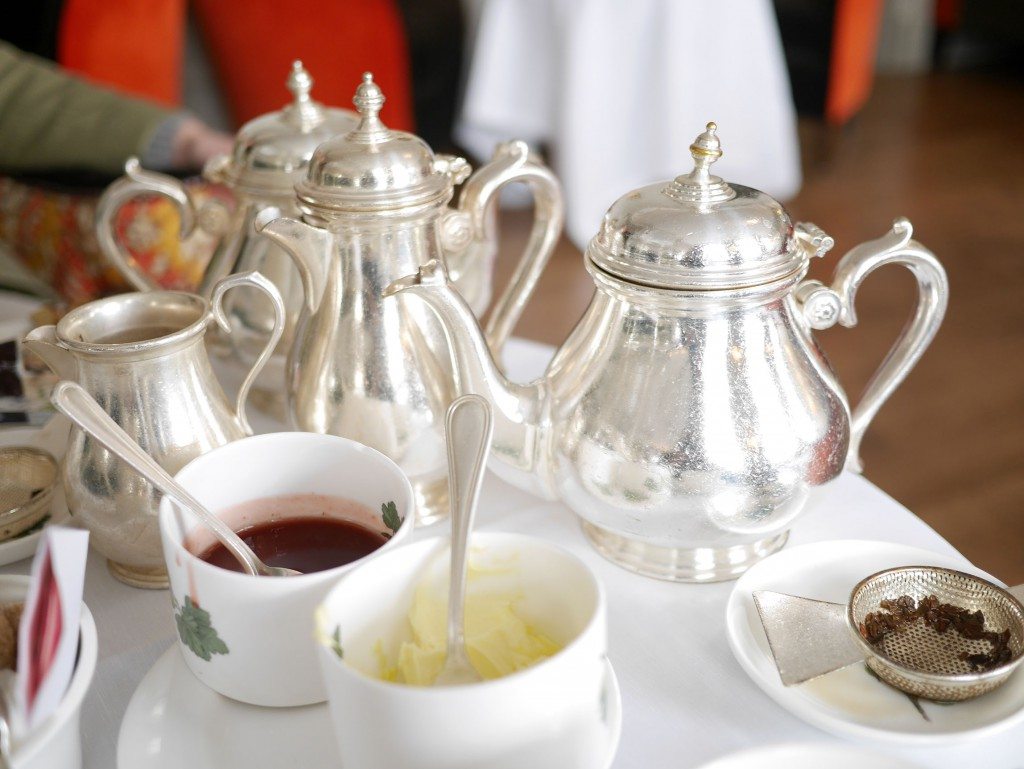tea_set_silver_brownshotel